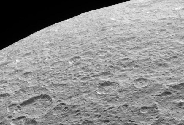 Imagen de la superficie de Rea, luna de Saturno